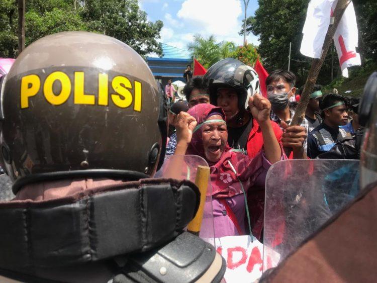 Seorang perempuan berteriak didepan polisi. Meminta mengehntikan aksi anarkis. Mereka juga berharap dipertemukan dengan Gubernur Ali Mazi untuk mencabut IUP di Wawonii. (Foto Egi)