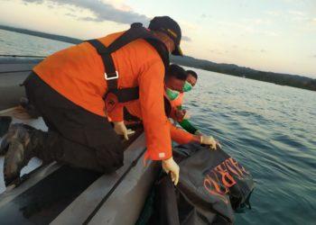 KM Izhar GT 89 Terbakar, mengakibatkan 11  orang penumpangnya tewas tenggelam dan 2 masih dalam proses pencarian oleh Tim Basarnas Kendari. (Foto Humas SAR Kendari)